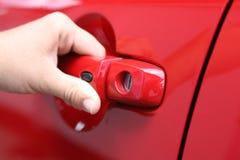 As mulheres novas abrem o carro do vermelho dos shes Fotografia de Stock Royalty Free