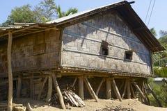 As mulheres olham das janelas de sua casa, Bandarban, Bangladesh fotos de stock