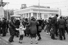As mulheres, os homens e as crianças estão dançando no quadrado no centro de Tiraspol, Moldova no festival de Shrovetide imagens de stock royalty free