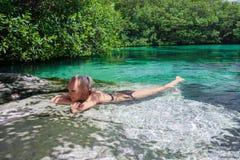As mulheres relaxam na lagoa azul fotos de stock royalty free
