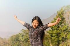 As mulheres relaxam na natureza, conceito da liberdade Fotos de Stock