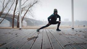 As mulheres são aquecimento antes de correr, movimentando-se Fotos de Stock