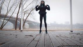 As mulheres são aquecimento antes de correr, movimentando-se video estoque