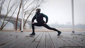 As mulheres são aquecimento antes de correr/que movimenta-se A mulher está exercitando Imagens de Stock