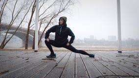 As mulheres são aquecimento antes de correr/que movimenta-se A mulher está exercitando Foto de Stock