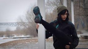 As mulheres são aquecimento antes de correr/que movimenta-se A mulher está exercitando Imagem de Stock