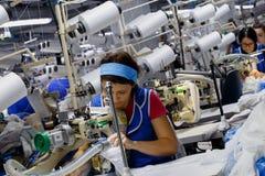 As mulheres são contratadas na costura das calças justas Foto de Stock