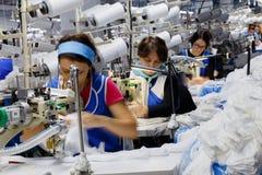 As mulheres são contratadas na costura das calças justas Imagens de Stock