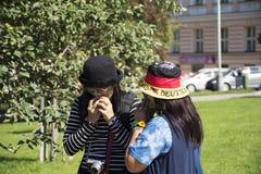 As mulheres tailandesas asiáticas que comem maçãs frutificam do jardim da árvore de maçã em público Imagens de Stock Royalty Free