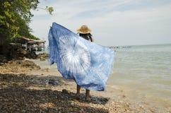 As mulheres tailandesas asiáticas relaxam e jogando o xaile o da tela da tintura do laço do índigo fotografia de stock royalty free