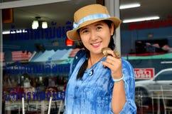 As mulheres tailandesas compram o berbigão Shell do sangue no mercado do marisco Foto de Stock