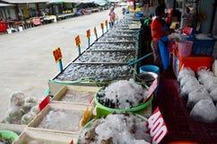 As mulheres tailandesas compram o berbigão Shell do sangue no mercado do marisco Fotografia de Stock