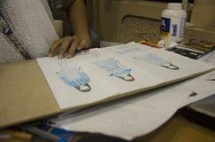 As mulheres tailandesas do desenhista que tiram e a forma do teste padrão do projeto no papel para fazem a placa do humor Foto de Stock Royalty Free