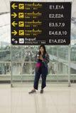As mulheres tailandesas do viajante que levantam para tomam a foto com general e placa da informação Fotos de Stock
