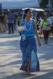 As mulheres tailandesas vestiram a roupa tradicional trazem o recipiente da água para Songkhran imagens de stock royalty free