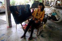 As mulheres tailandesas viajam e portriat com Art Umbrella feito a mão na BO Imagens de Stock Royalty Free