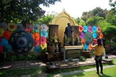 As mulheres tailandesas viajam e retrato com Art Umbrella feito a mão na BO Fotografia de Stock