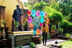 As mulheres tailandesas viajam e retrato com Art Umbrella feito a mão na BO Imagens de Stock