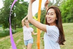 As mulheres treinam a coordenação com fitas imagens de stock royalty free