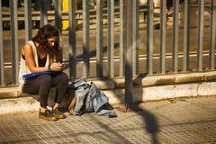 As mulheres usam dispositivos móveis eletrônicos mais frequentemente e mais por muito tempo Foto de Stock Royalty Free