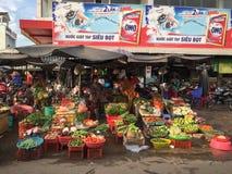 As mulheres vendem legumes frescos e fruto na marca da cidade central Imagens de Stock