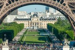 As multidões abaixo da torre Eiffel arqueiam III imagens de stock