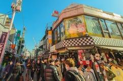 As multidões andam através da rua de Takeshita no Harajuku Imagem de Stock