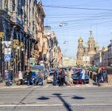As multidões de povos que apressam-se ao longo do Nevsky sondam Fotografia de Stock Royalty Free