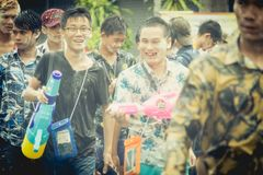 As multidões estão jogando a água do respingo no dia de Songkran de Tailândia Foto de Stock Royalty Free