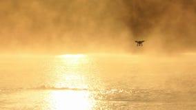 As nadadas do homem novo rastejam em um lago efervescente Um zangão acaba-se no slo-mo video estoque