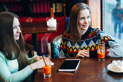 As namoradas comunicam-se em um café Imagem de Stock Royalty Free
