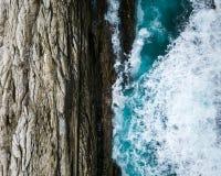 As naturezas contrastam onde o oceano encontra as rochas Imagens de Stock Royalty Free