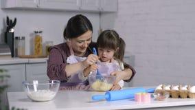 As necessidades especiais caçoam e a massa de mistura da mamã na bacia video estoque