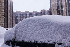 As nevadas fortes na cidade estacionaram carros na rua em um dia de inverno da tempestade de neve foto de stock