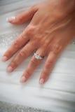 As noivas entregam com anel de noivado Fotos de Stock Royalty Free