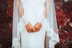 As noivas entregam com um tratamento de mãos e uma aliança de casamento imagens de stock royalty free