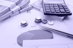 As notas de dólar nos blocos, pena inventam a calculadora e os gráficos Fotos de Stock Royalty Free