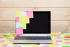 As notas pegajosas coloridas colaram a uma tela do portátil Foto de Stock