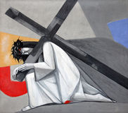 as ?ns estações da cruz, Jesus caem a primeira vez fotos de stock royalty free