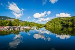 As nuvens bonitas sobre o lago seduzem, na atração do lago, North Carolina imagem de stock