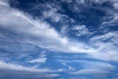 As nuvens brancas macias espalharam através de um céu azul Imagens de Stock