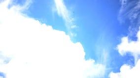 As nuvens brancas macias são de transformação e móveis através do céu azul tempo-lapso UHD - 4K vídeos de arquivo