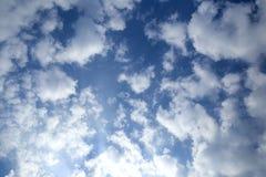 As nuvens cinzentas estão no céu tormentoso dramático Imagem de Stock