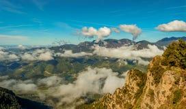 As nuvens cobrem as montanhas pouco a pouco fotos de stock
