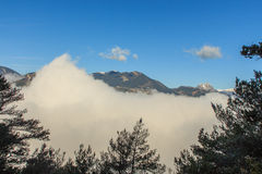 As nuvens cobrem as montanhas pouco a pouco foto de stock royalty free