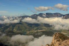 As nuvens cobrem gradualmente as montanhas na frente do Sobrepuny foto de stock