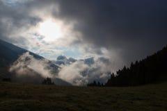 As nuvens começam a aumentar na montanha na primeira hora Fotografia de Stock Royalty Free