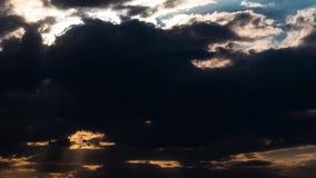 As nuvens da noite jejuam afastando-se e rolando à escuridão Cloudscape dramático do temporal com as grandes, nuvens construindo filme
