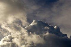 As nuvens de cúmulo densas cinzentas começam a recolher imagens de stock royalty free