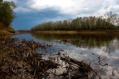 As nuvens de chumbo recolheram sobre o rio de Ural antes do por do sol fotos de stock